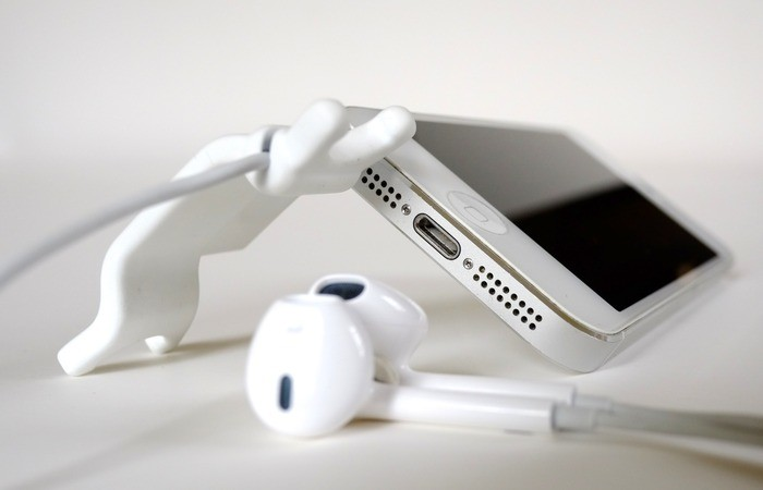 Smarter Stand hits Kickstarter, a kickstand and ear bud untangling solution for iPhone