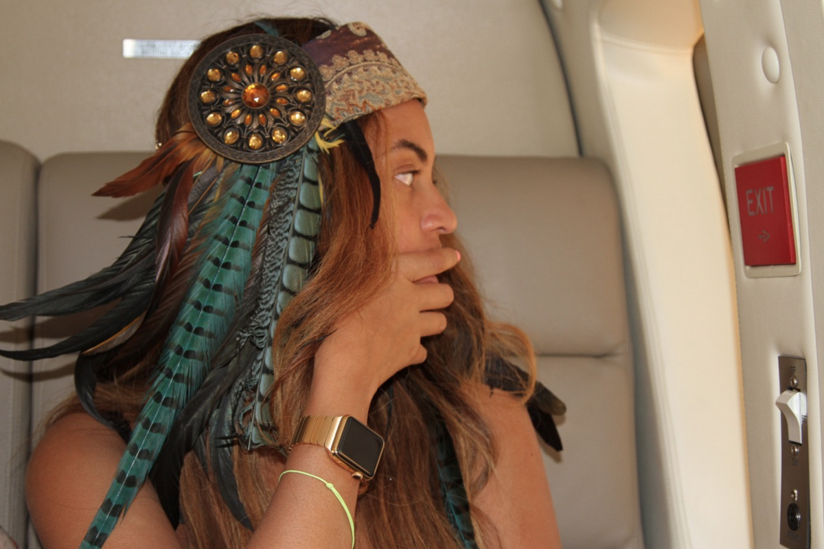 Gold link Apple Watch strap makes a second appearance on the wrist of Beyoncé