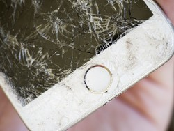 What if Apple let us choose between iPhone screens that scratch or crack?