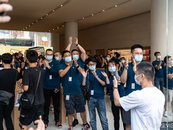 Apple store in Changsha opens to big crowds