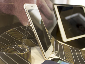 Going eyes-on with an iPhone 6 mockup at IFA