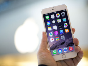 The iPhone 6 Plus continues its domination of the U.S. phablet market