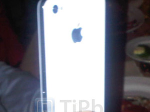 UPDATED: White iPhone 4 in the wild, when will they be in the stores?