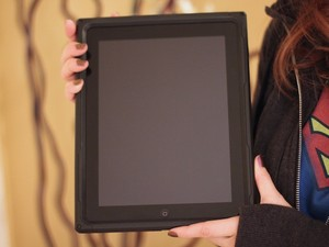 How to put on (and take off) an Incipio Destroyer case for iPad