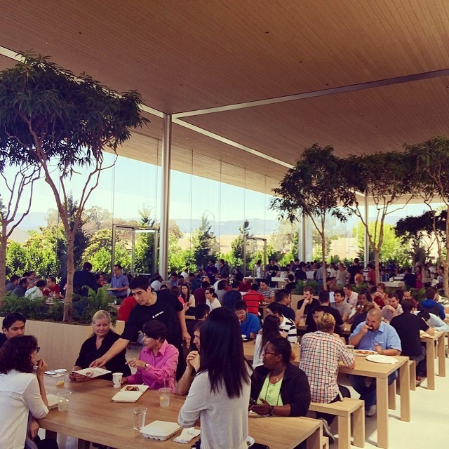 Apple employees dining at Caffè Macs